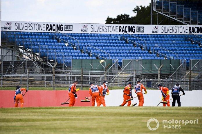Los oficiales limpian la pista después del giro en Nicholas Latifi, Williams FW43