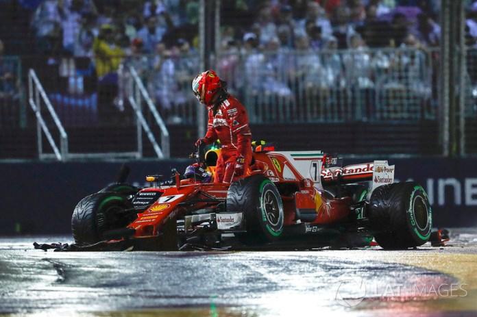Kimi Raikkonen, Ferrari SF70H deja su coche después del choque con Max Verstappen, Red Bull Racing RB13