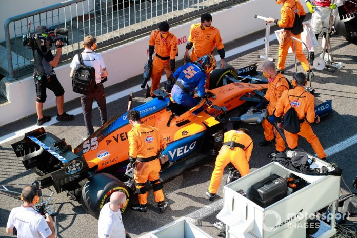 Carlos Sainz Jr., McLaren MCL35, en pits