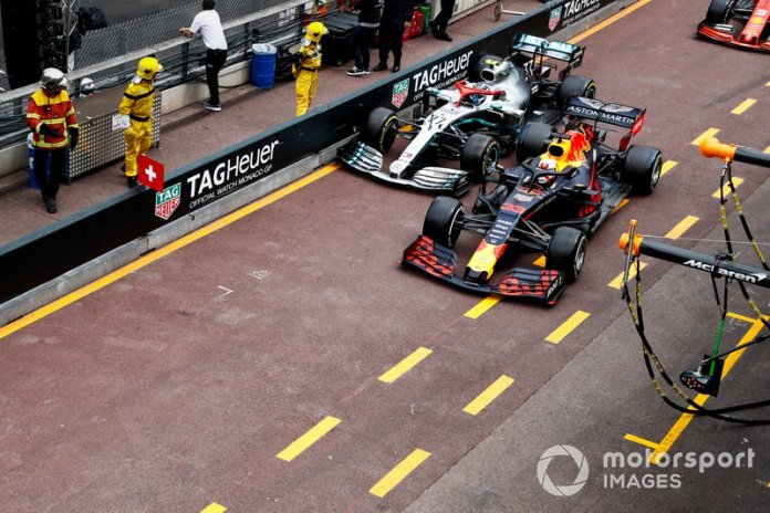 Valtteri Bottas, Mercedes AMG W10 y Max Verstappen, Red Bull Racing RB15 batalla en pitlane