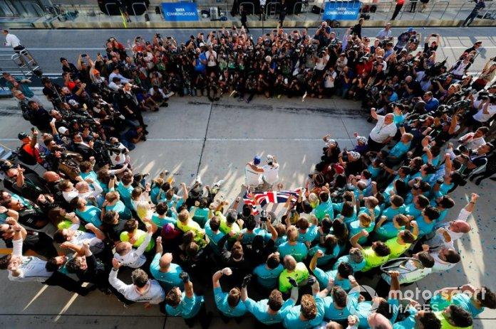 Valtteri Bottas, Mercedes AMG F1, 1ª posición, Lewis Hamilton, Mercedes AMG F1, 2ª posición, y el equipo Mercedes lo celebran