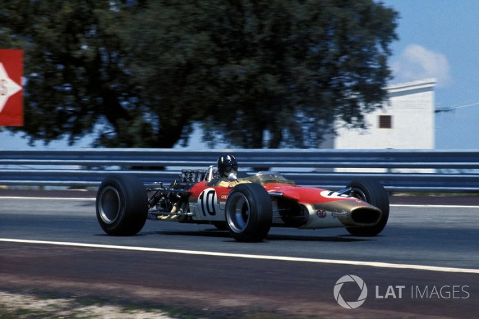 """""""El auto de carrera es una prolongación de mi cuerpo"""". Graham Hill"""