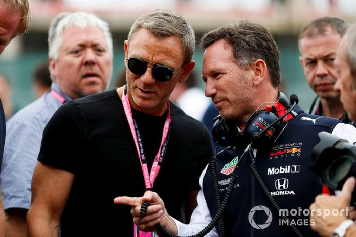 Daniel Craig, actor y Christian Horner, director de equipo, Red Bull Racing on the grid