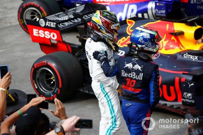 Lewis Hamilton, Mercedes AMG F1, 3ª posición, y Pierre Gasly, Toro Rosso, 2ª posición, en Parc Ferme