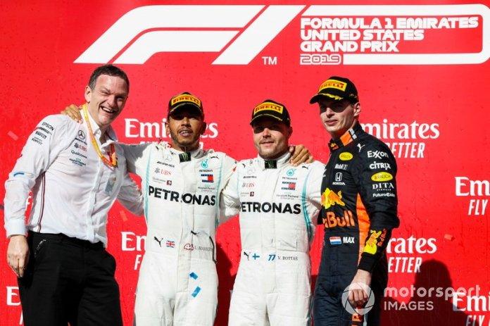 Campeón del mundo Lewis Hamilton, Mercedes AMG F1, el ganador de la carrera Valtteri Bottas, Mercedes AMG F1, celebran en el podio con Max Verstappen, Red Bull Racing