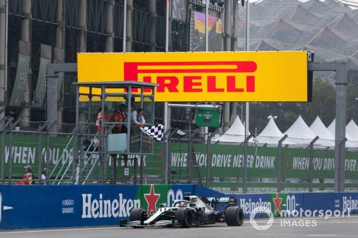 Ganador de la carrera Lewis Hamilton, Mercedes AMG F1 cruza la línea de meta