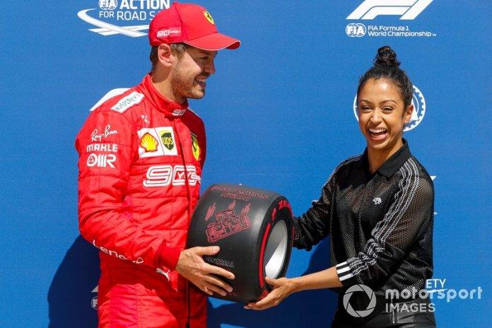 Sebastian Vettel, Ferrari, recibe el premio Pirelli Pole Position Award de la actriz Liza Koshy