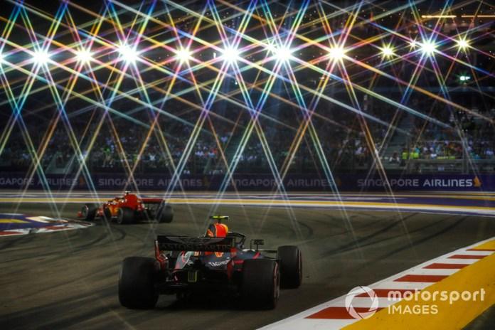 La carrera de Singapur cuenta con aproximadamente 1.600 focos para iluminar el circuito de Marina Bay...