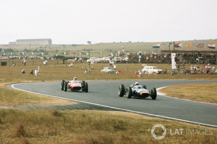 Sudáfrica, 28 de diciembre de 1963: Richie Ginther, BRM P57 delante de Piet de Klerk, Alfa Romeo Special