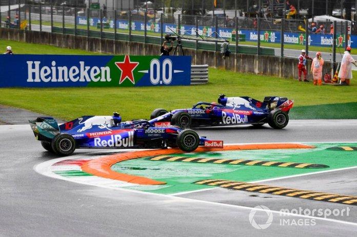 Pierre Gasly, Toro Rosso STR14 se queda en un piano de Monza mientras Daniil Kvyat pasa a su lado