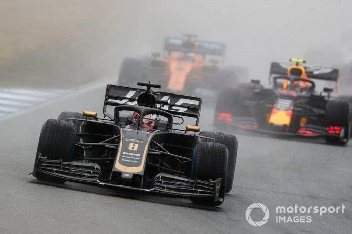 Romain Grosjean, Haas F1 Team VF-19, lidera Pierre Gasly, Red Bull Racing RB15, y Carlos Sainz Jr, McLaren MCL34