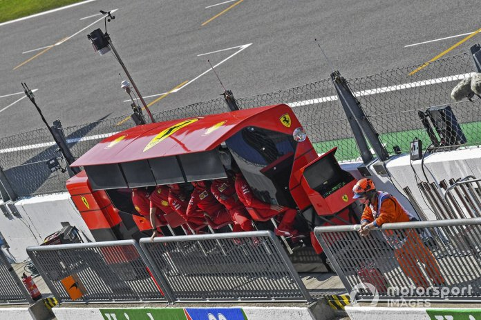 El equipo de Ferrari en el muro de pits