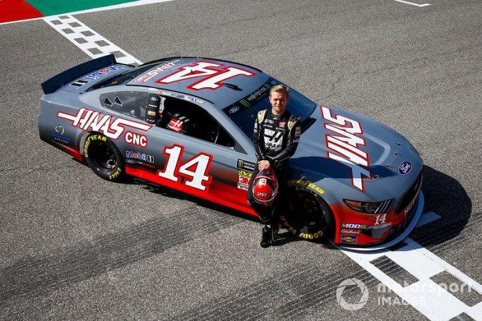 Kevin Magnussen, del equipo Haas F1 Team, posa con un NASCAR