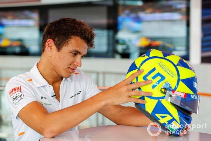 Lando Norris, McLaren con casco especial homenaje a Valentino Rossi
