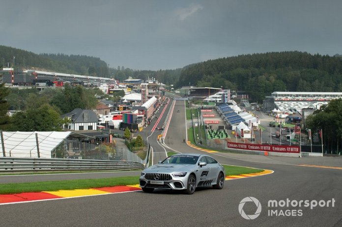 A Mercedes of the Race Direction in the Raidillon