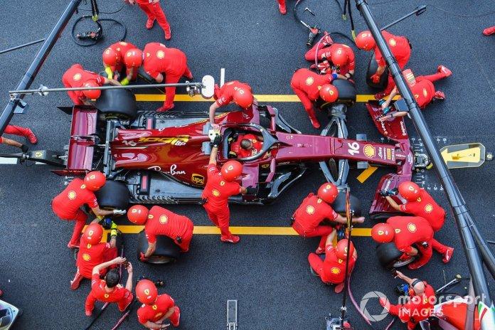 Los mecánicos de Ferrari practican un pit stop