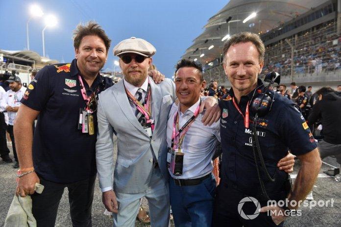 James Martin de Red Bull, el actor y director Guy Ritchie, el jinete Frankie Dettori, y Christian Horner