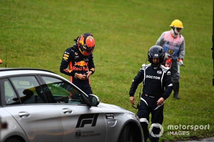 El médico en la escena después del accidente de Alexander Albon, Red Bull Racing