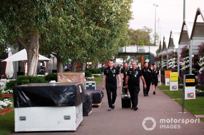 El personal de AlphaTauri Honda en el paddock entre cajas de embalaje
