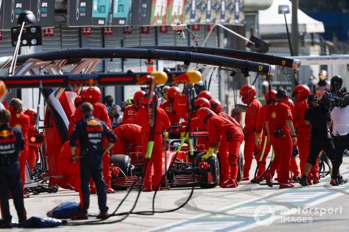 Sebastian Vettel, Ferrari SF1000 en pits
