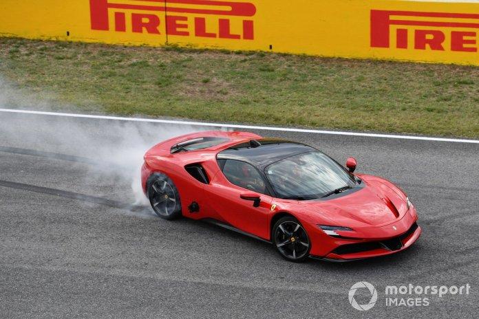 Sebastian Vettel, Ferrari, hace unas donuts en el SF90 Stradale