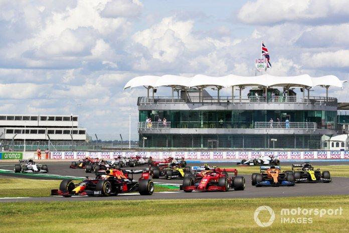 Max Verstappen, Red Bull Racing RB16, Charles Leclerc, Ferrari SF1000, Carlos Sainz Jr., McLaren MCL35, Daniel Ricciardo, Renault F1 Team R.S.20, y el resto en la vuelta de apertura