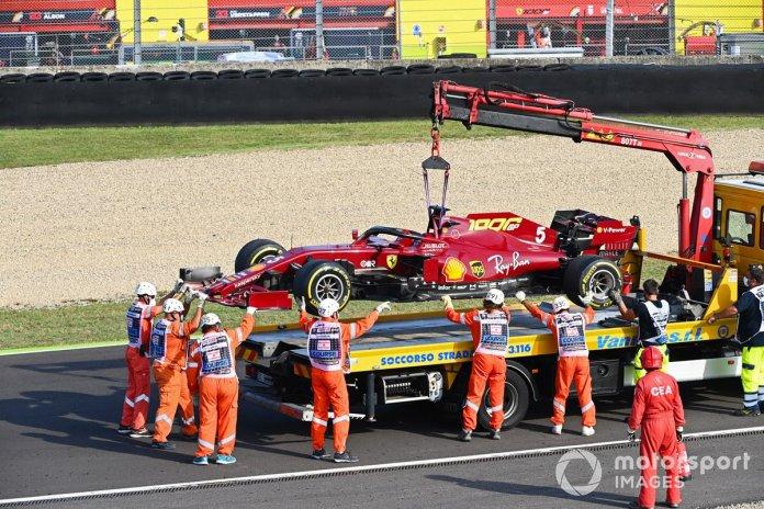 El monoplaza de Sebastian Vettel, Ferrari SF1000,es montado en una grúa