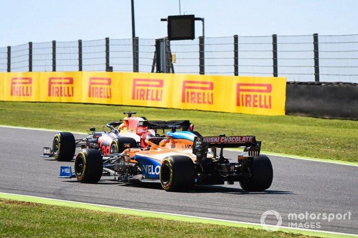Max Verstappen, Red Bull Racing RB16, Carlos Sainz Jr., McLaren MCL35