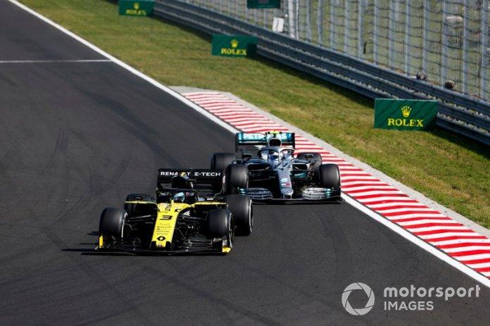 Daniel Ricciardo, Renault F1 Team R.S.19, Valtteri Bottas, Mercedes AMG W10