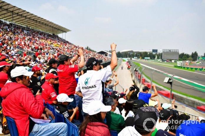 Fans mientras pasa Sergio Pérez, Racing Point