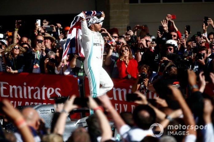 Lewis Hamilton, Mercedes AMG F1, 2º clasificado, celebra en el Parc Ferme tras conseguir su sexto título mundial de pilotos
