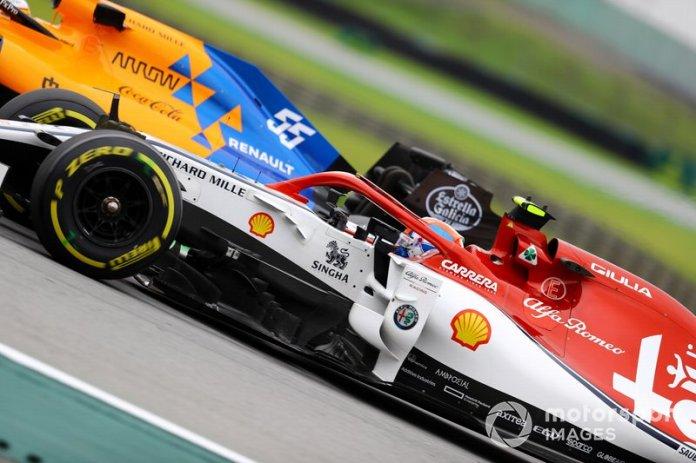 Carlos Sainz Jr., McLaren MCL34, Antonio Giovinazzi, Alfa Romeo Racing C38