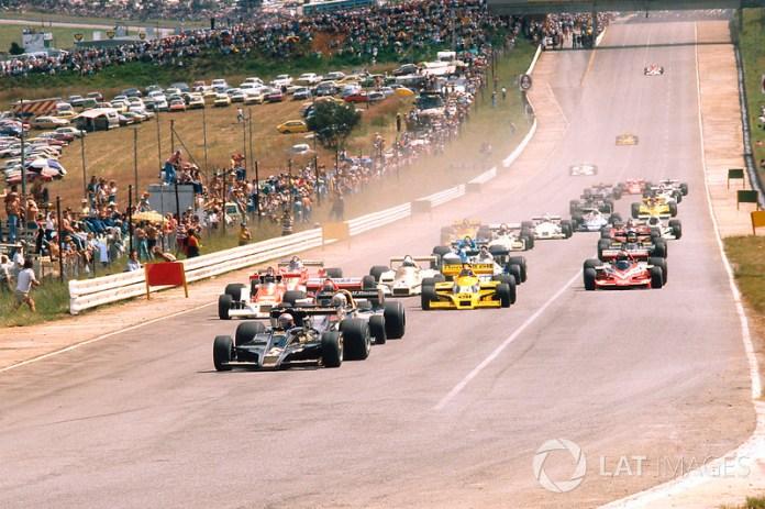 Salida : Mario Andretti, Lotus 78 Ford, delante de Jody Scheckter, Wolf WR1 Ford, Nikim Lauda, Brabham BT46 Alfa Romeo y James Hunt, McLaren M26 Ford