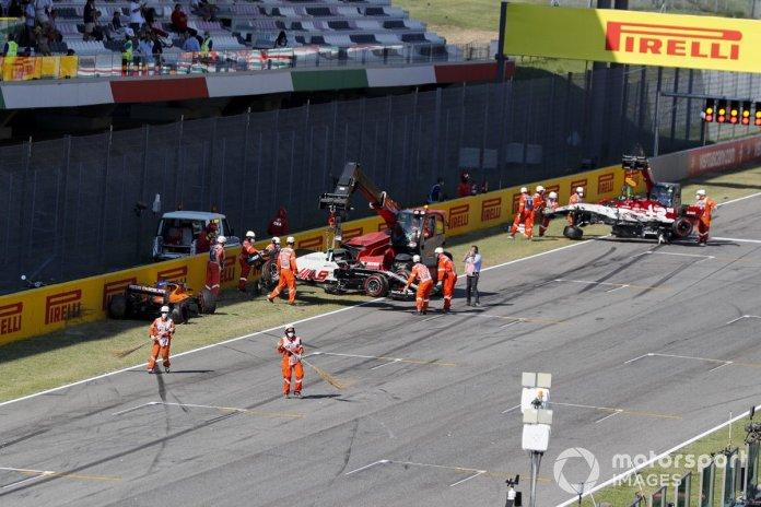 Choque al reinicio de Carlos Sainz Jr., McLaren MCL35, Kevin Magnussen, Haas VF-20 y Antonio Giovinazzi, Alfa Romeo Racing C39