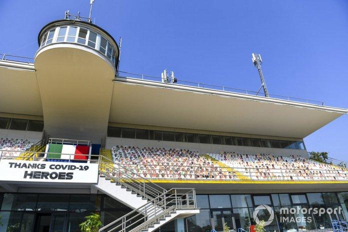 Siluetas de aficionados en Monza