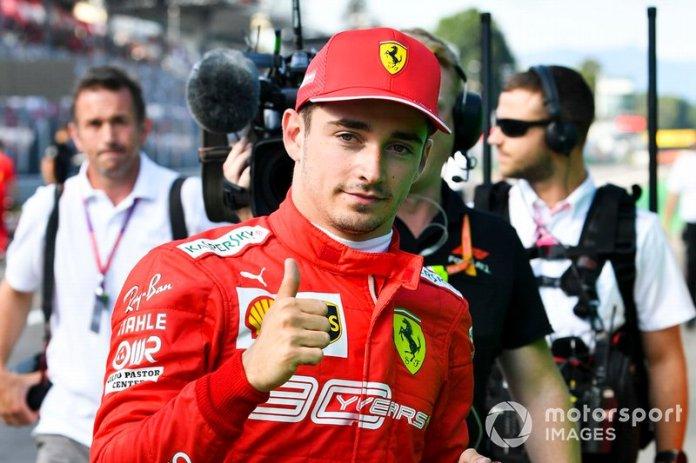 """Leclerc:""""¡Qué desastre, fwaaah! Pole position de todos modos chicos. Gracias por todo."""""""