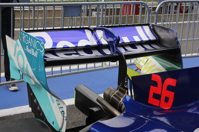 The rear wing of Daniil Kvyat, Toro Rosso STR14