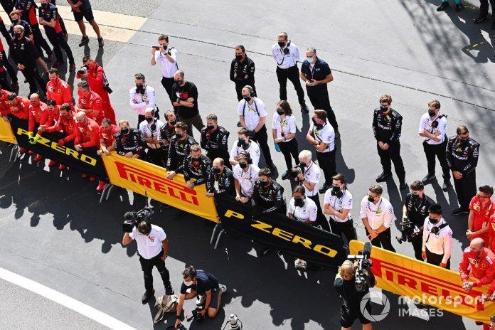Los miembros de los equipos de Ferrari, Red Bull y Mercedes se reúnen en el podio
