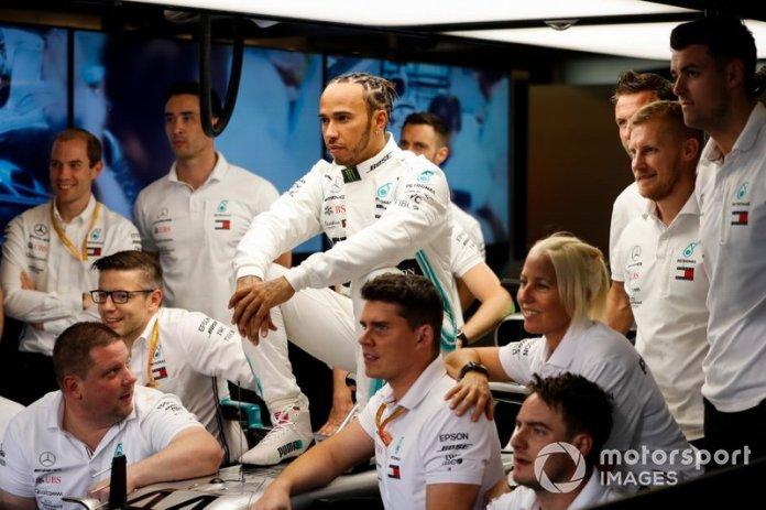 Lewis Hamilton, Mercedes AMG F1, posa para la foto de grupo