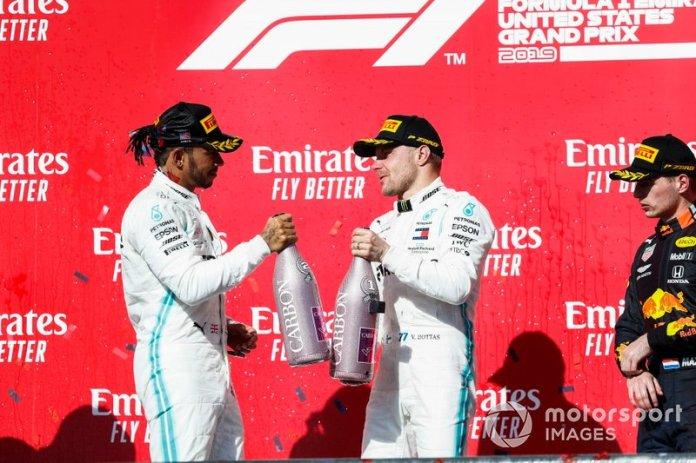 Podio: segundo lugar Lewis Hamilton, Mercedes AMG F1, ganador de la carrera Valtteri Bottas, Mercedes AMG F1, y el tercer lugar Max Verstappen, Red Bull Racing