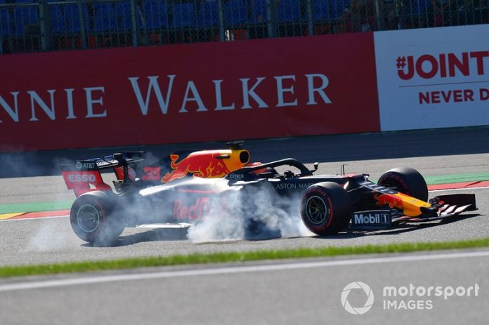 Max Verstappen, Red Bull Racing RB15, se bloquea en Bus Stop