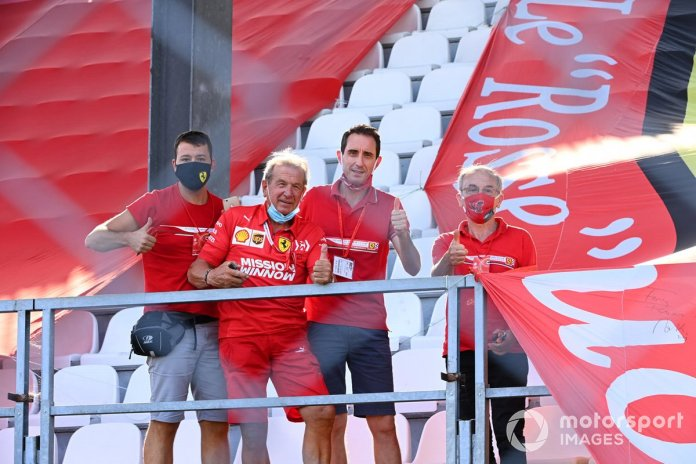 Los fans de Ferrari en una tribuna asignada a 250 del personal de tratamiento del Covid 19 de Italia