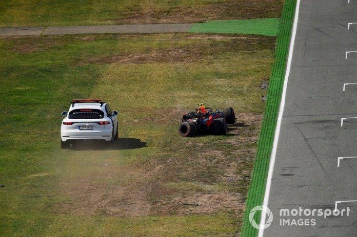 Un coche llega a la escena después de que Pierre Gasly, Red Bull Racing RB15, se estrellara