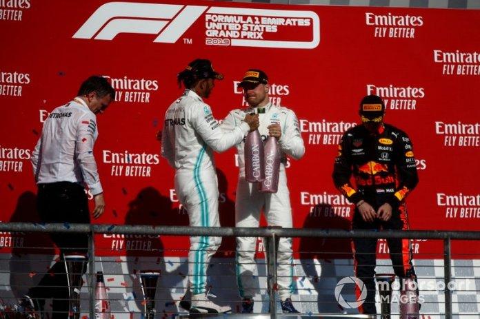 James Allison, Director Técnico, Mercedes AMG, Lewis Hamilton, Mercedes AMG F1, 2ª posición, Valtteri Bottas, Mercedes AMG F1, 1ª posición, y Max Verstappen, Red Bull Racing, 3ª posición, celebran con Champagne en el podio