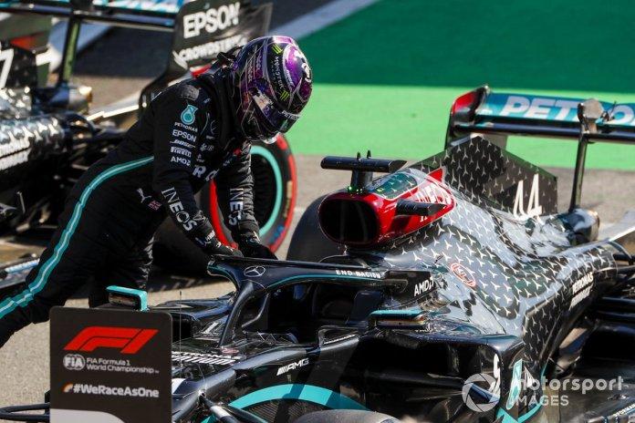 Ganador de la pole Lewis Hamilton, Mercedes-AMG F1 en Parc Ferme
