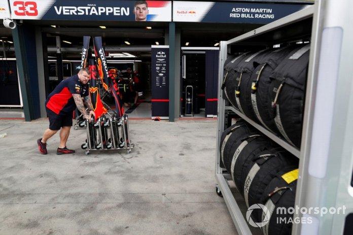 Miembros del equipo de Red Bull Racing trabajando