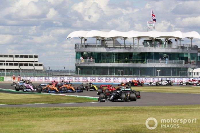 Valtteri Bottas, Mercedes F1 W11, Max Verstappen, Red Bull Racing RB16 al inicio