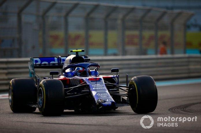 Pierre Gasly, Toro Rosso STR14, se dirige a boxes con el alerón delantero roto