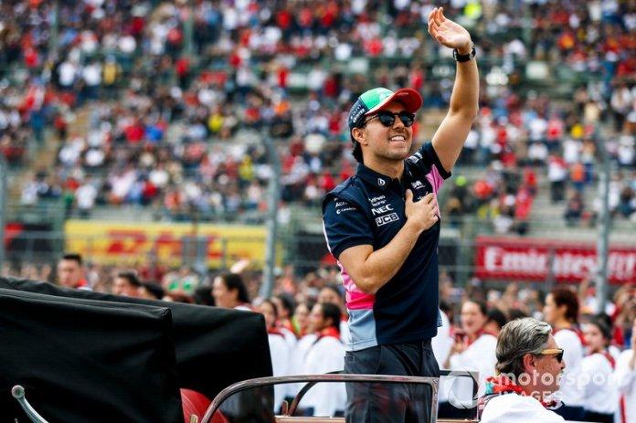 Sergio Pérez, Racing Point, saluda a sus fans en casa