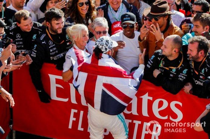 Lewis Hamilton, Mercedes AMG F1, 2º clasificado, celebra con su equipo, su padre Anthony Hamilton y el actor Matthew McConaughey después de conseguir su sexto título mundial.